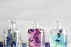 Botellas con aceite y flores de lavanda Imagenes de archivo