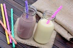 Botellas con batido de leche de la vainilla y del chocolate imagenes de archivo