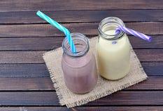 Botellas con batido de leche de la vainilla y del chocolate imagen de archivo