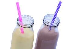 Botellas con batido de leche de la vainilla y del chocolate foto de archivo libre de regalías