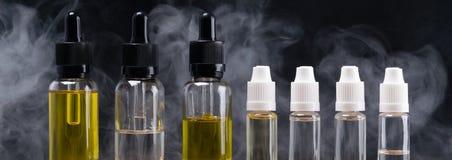 botellas con diversos sabores para los cigarrillos electrónicos, en los pares del fondo Imagen de archivo libre de regalías