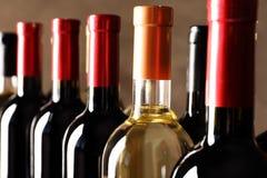 Botellas con el vino delicioso, primer imágenes de archivo libres de regalías