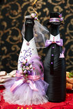 Botellas con el vino en la tabla de la boda Fotos de archivo