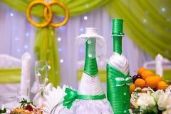 Botellas con el vino en la tabla de la boda Fotografía de archivo libre de regalías
