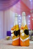 Botellas con el vino en la tabla de la boda Imagenes de archivo