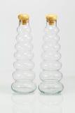 Botellas con la reflexión en el fondo blanco Imagenes de archivo
