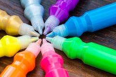 Botellas con los pigmentos secos coloridos en fondo de madera Fotografía de archivo libre de regalías
