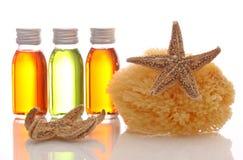 Botellas con petróleos esenciales y la esponja Fotografía de archivo libre de regalías