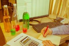 Botellas crudas planchadas en frío orgánicas del plástico del jugo vegetal fotografía de archivo