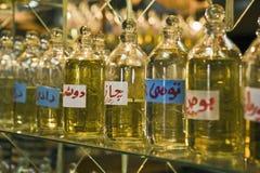 Botellas de aceites esenciales en la exhibición Fotos de archivo libres de regalías