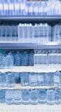 Botellas de agua en estante Imágenes de archivo libres de regalías