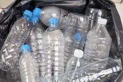 Botellas de agua plásticas en el montón de basura Imagen de archivo libre de regalías