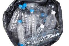 Botellas de agua plásticas en el montón de basura Imagenes de archivo