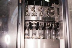 Botellas de agua plásticas en industria de la embotelladora del transportador y del agua Fotos de archivo libres de regalías