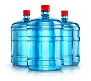 Botellas de agua plásticas de la bebida de tres 19 litros o de 5 galones Fotografía de archivo