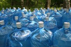 Botellas de agua potable en el bosque Fotografía de archivo
