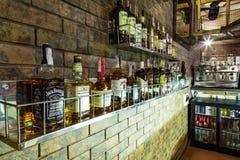 Botellas de alcohol en la barra imagen de archivo libre de regalías