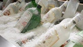 Botellas de alcohol y de bebidas espirituosas en un congelador del restaurante almacen de video