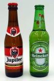 Botellas de Bélgica Jupiler y holandés Heineken imagen de archivo libre de regalías