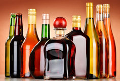 Botellas de bebidas alcohólicas clasificadas incluyendo la cerveza y el vino Imagen de archivo libre de regalías