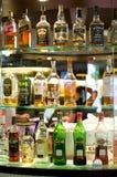Botellas de bebidas espirituosas y licor en la barra Fotografía de archivo libre de regalías