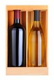 Botellas de Cabernet y de Chardonnay en el rectángulo de madera fotos de archivo libres de regalías