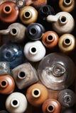Botellas de cerámica y de cristal viejas. Foto de archivo libre de regalías