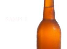 Botellas de cerveza aisladas en el fondo blanco. Foto de archivo