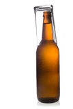 Botellas de cerveza de cristal aisladas en el fondo blanco. Imagen de archivo