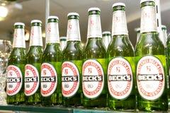 Botellas de cerveza de la cuba de tintura en la barra Foto de archivo libre de regalías