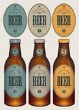 Botellas de cerveza de la muestra tres del vector con las etiquetas ilustración del vector
