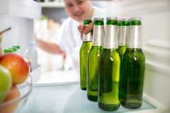 Botellas de cerveza en refrigerador fotografía de archivo libre de regalías