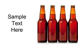 Botellas de cerveza en un fondo blanco con el espacio de la copia fotografía de archivo libre de regalías