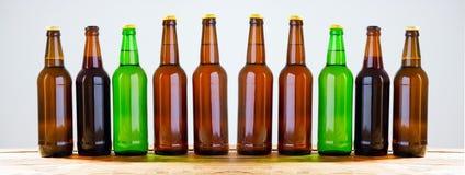 Botellas de cerveza en una tabla de madera Visión superior Foco selectivo Mofa para arriba Copie el espacio modelo blank fotografía de archivo