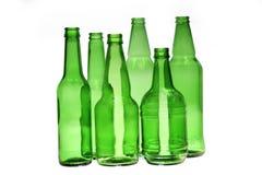 Botellas de cerveza vacías verdes Imagenes de archivo