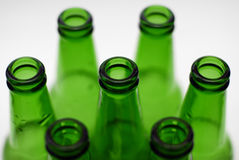 Botellas de cerveza verdes Fotos de archivo