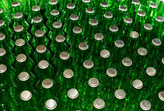 Botellas de cerveza verdes con los casquillos de corona Imágenes de archivo libres de regalías