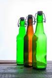 Botellas de cerveza verdes y marrones retro Aislado Imágenes de archivo libres de regalías