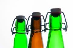 Botellas de cerveza verdes y marrones retro Aislado Foto de archivo libre de regalías