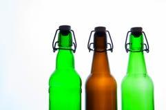 Botellas de cerveza verdes y marrones retro Aislado Foto de archivo