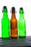 Botellas de cerveza verdes y marrones retro Aislado Imagen de archivo