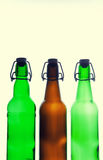Botellas de cerveza verdes y marrones retro Aislado Imagenes de archivo
