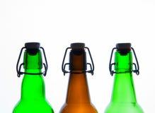 Botellas de cerveza verdes y marrones retro Aislado Imagen de archivo libre de regalías