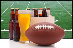 Botellas de cerveza y fútbol americano imágenes de archivo libres de regalías