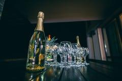 Botellas de champán y de vidrios fotos de archivo