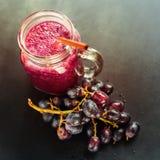 Botellas de cristal Berry Diet de la uva del Smoothie de los jugos Fotografía de archivo libre de regalías