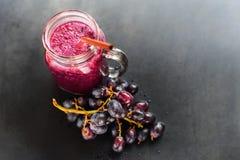 Botellas de cristal Berry Diet de la uva del Smoothie de los jugos Imagen de archivo libre de regalías