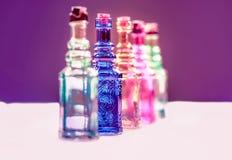 Botellas de cristal claras coloridas con el corcho Fotografía de archivo