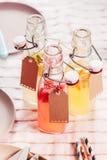 Botellas de cristal de zumo de fruta fresca sano Imagen de archivo libre de regalías