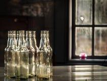 Botellas de cristal en la tabla Foto de archivo